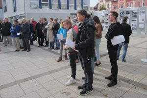 Die Gedenkfeier war gut besucht. Im Hintergrund sieht man Infotafeln zur Deportation, zum Lager Gurs und zur Gedenkarbeit der Schüler.