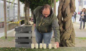 RS Lehrer Herr Weiß stellte die letzte der Kerzen zum Gedenken an die sechs aus Waibstadt deportierten jüdischen Mitmenschen am Mahnmal auf.